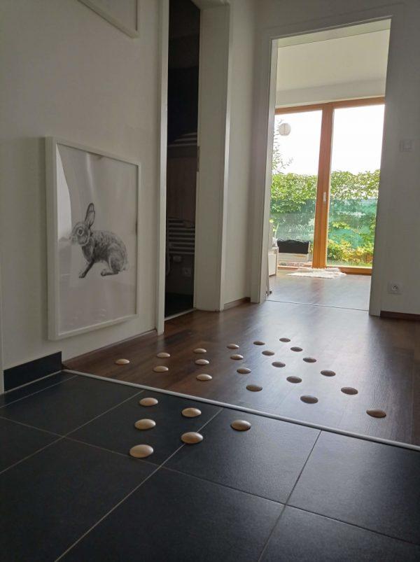 DOTS active - štýlová barefoot podlaha v chodbe pre zdravé chodidlá