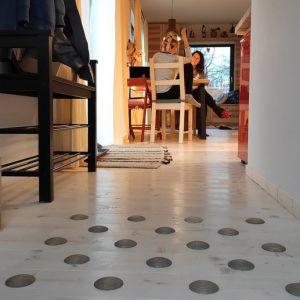 DOTS active - štýlová barefoot podlaha v chodbe pre zdravé chodidlá - lifereset