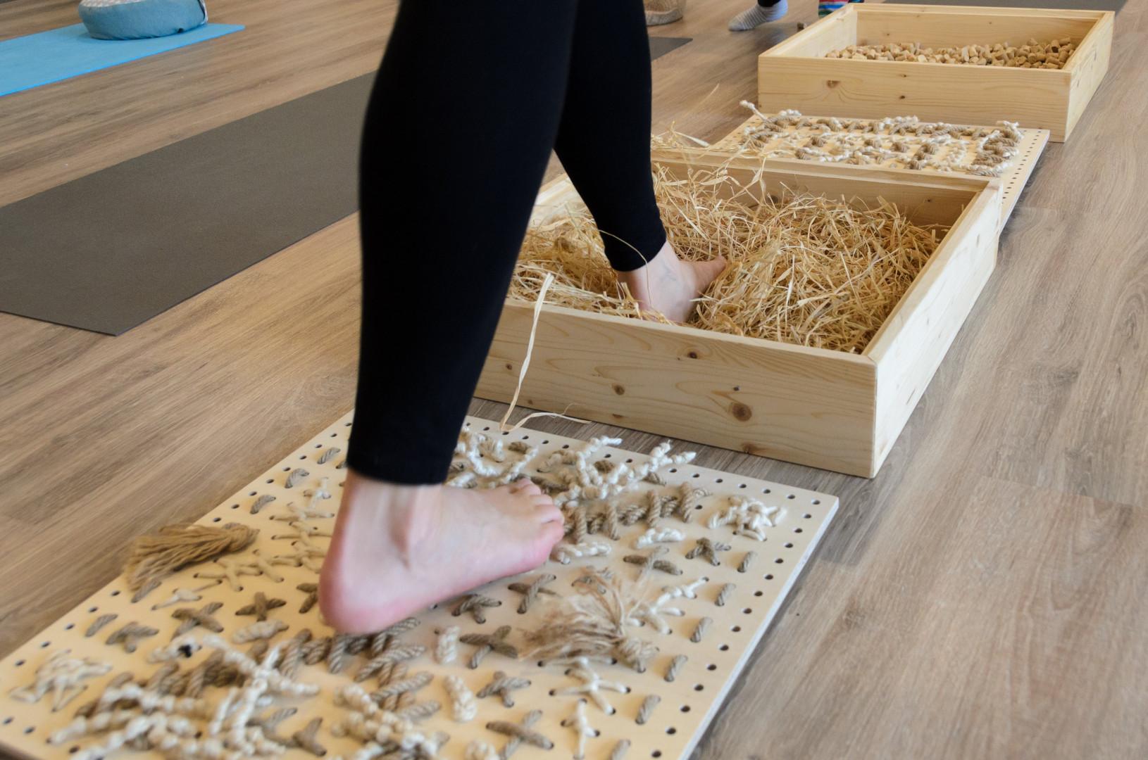 Kráčanie po stimulačných škatuliach v joga centre