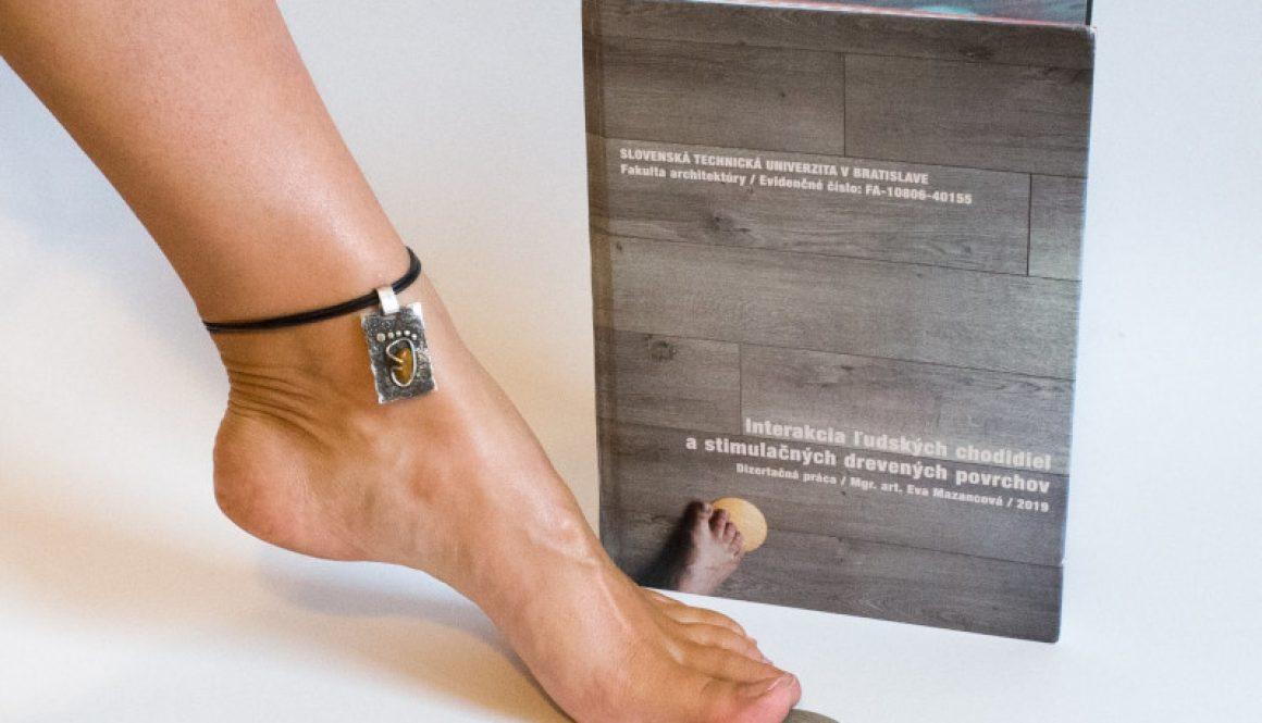 bosá noha s dizertačnou prácou o barefoote v domácnosti a barefoot stimulačná piškótka DOTS