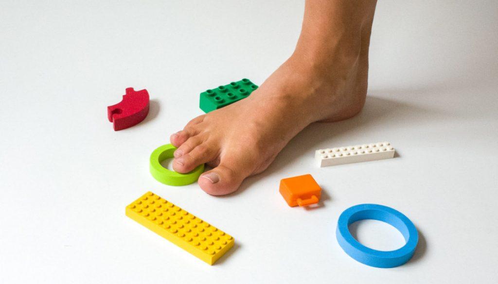 barefoot/bosá noha stúpajúca po hračkách
