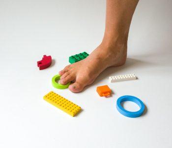 barefoot/bosá noha a jeden z možných ortopedických prístupov - precvičovanie a posilovanie chodidiel chôdzou po nerovných podnetných povrchoch