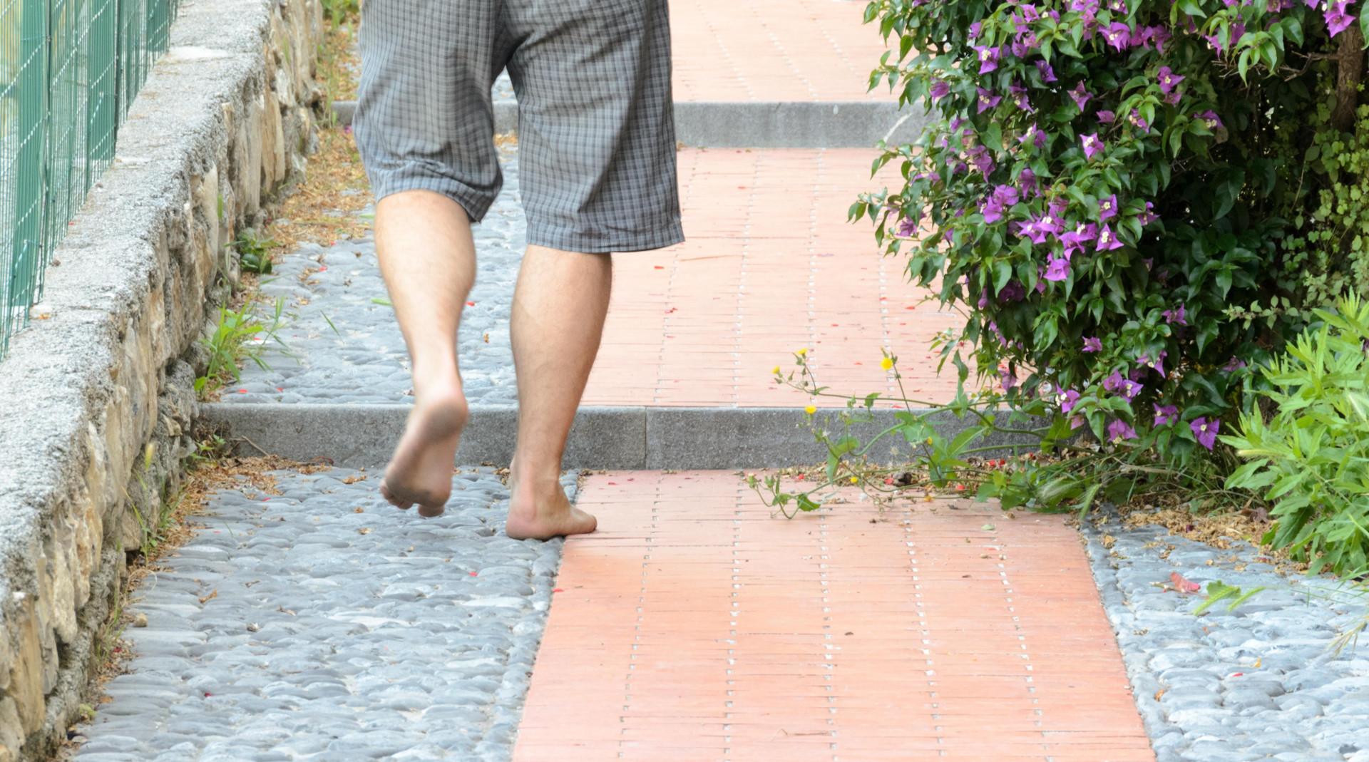 Kráčanie naboso po meste po dlažbe z kameňov