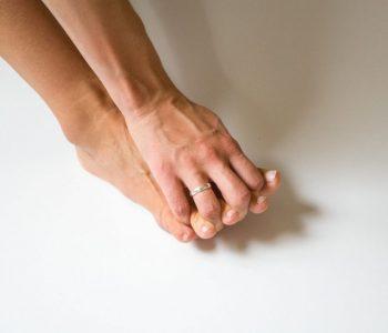 barefoot/bosá noha a jeden z možných ortopedických prístupov rozťahovania prstov na nohe pomocou ruky