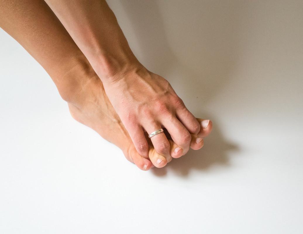 bosá noha - barefoot a možnosť rozťahovania prstov na nohe pomocou ruky