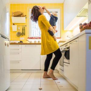 Matka, dieťa a DOTS play v kuchyni
