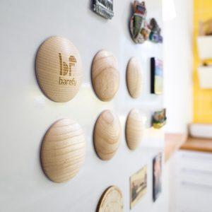 DOTS play držia na chladničke, vďaka integrovaným magnetom